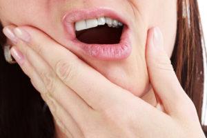 Причины прикусывания языка и щеки