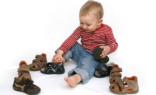Ребенок меряет обувь