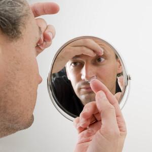 Как надевать контактные линзы двумя руками?