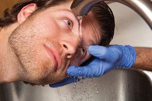 Промывание глаза после химического ожога