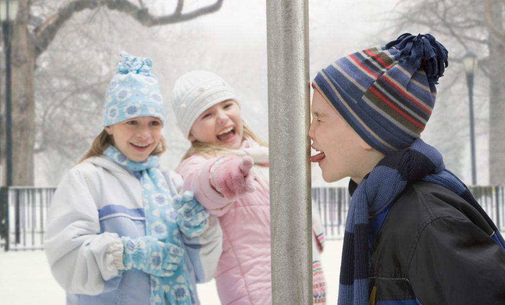 Ребенок лизнул железо на морозе и прилип языком - что делать