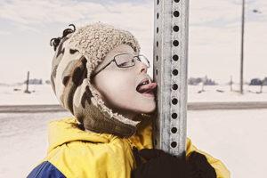 Ребенок на морозе прилип к металлу языком – что делать, и какие последствия